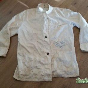 Het tenue-jasje dat ik altijd heb bewaard uit mijn tijd als part-time bediende in de onderdeelsbar. De tand des tijds heeft het wel een beetje aangetast...