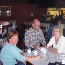 Seedorf reünie 2006: Anton en Eric met vrouwen, tijdens afsluiting Seedorf
