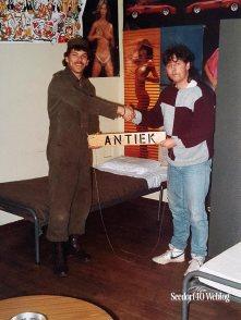 3 mei 1985: overhandiging Antiekbordje, WE ZIJN WEER BURGER!