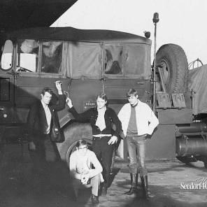 V.l.n.r. Herman Termaten de motorordonans, midden naam onbekend, Trinus van der Woude en op de hurken de chauffeur van de 3 tonner/waterwagen naam onbekend.