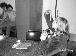 Na avondje stappen, Fred aan de knakworst. Op achtergrond John Katzenbauer en Peter van Dijk