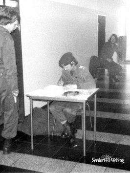Sergeant (mondje) Verhagen en Aad Groot op de achtergrond